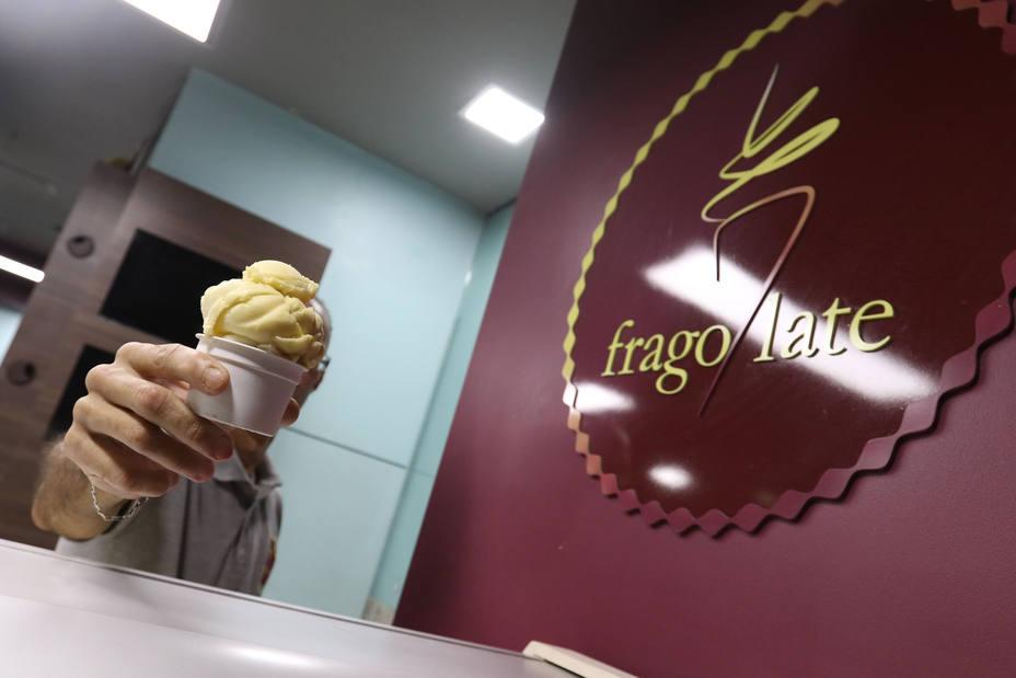 Hombre sosteniendo un helado ¿Son los Helados alimentos o simples postres?