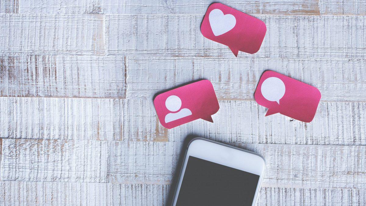 Teléfono celular y perfil de Instagram