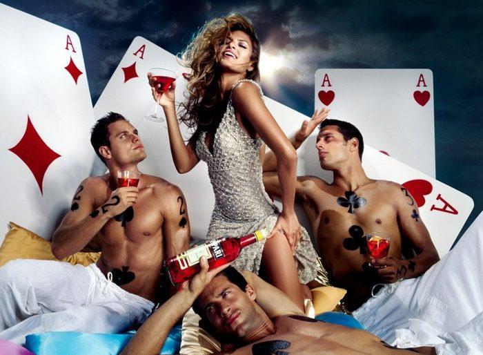 mujer rodeada de tres hombres simbolo de promiscuidad