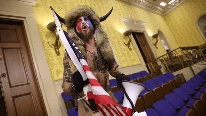 Jake Angeli el hombre vestido de bisonte que irrumpió en Capitolio, pide el perdón de Trump