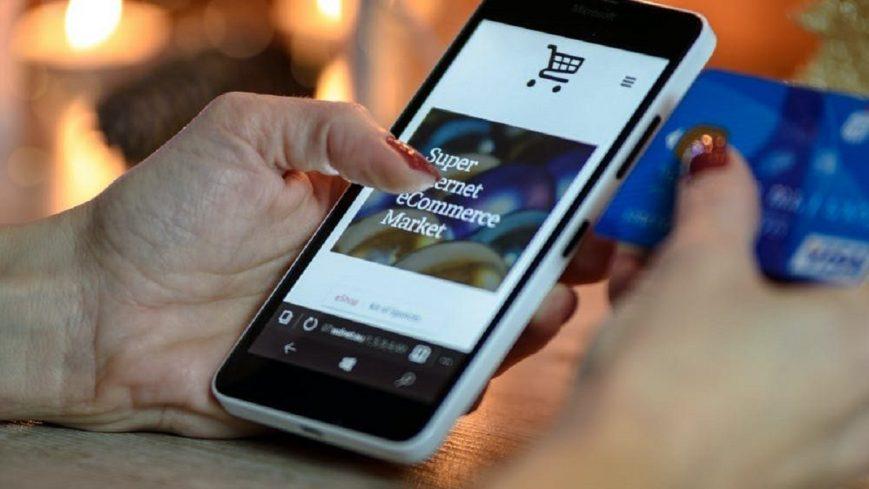 hombre haciendo pago en negocio online con su móvil