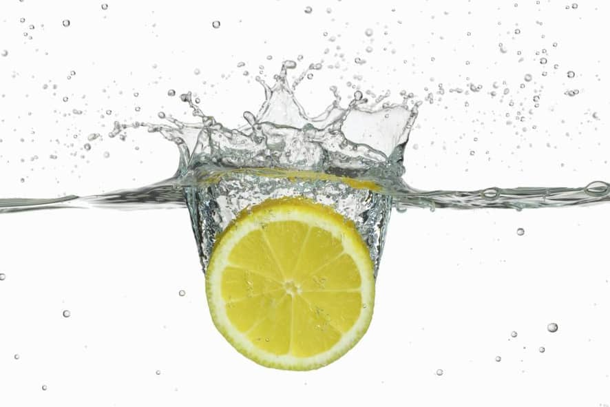 los 5 Beneficios de tomar agua caliente y actúa