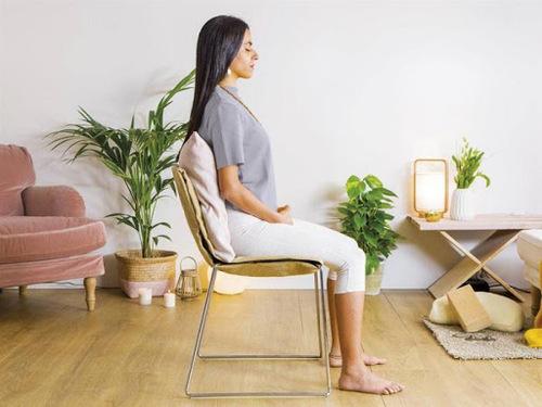 mujer-meditando-pensando-y-pensando-te-gustaria-meditar-imagen-2