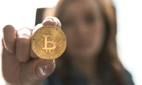 concepto de bitcoin mujer con un bitcoin en su mano