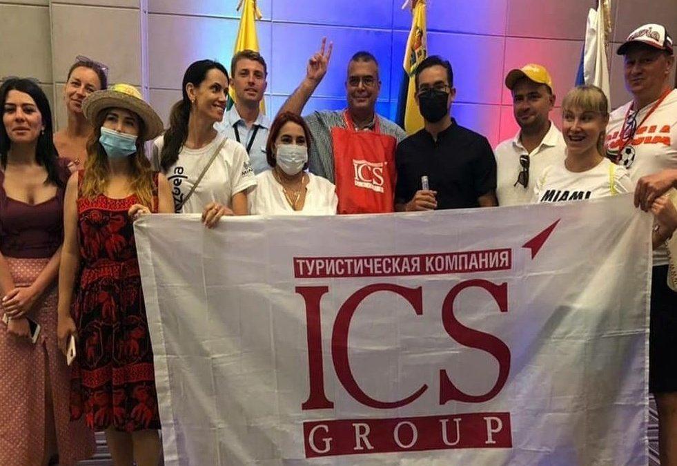 Turistas rusos interesados en atributos de la isla de Coche